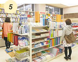 書籍や文房具、食料品や雑貨類も販売!大学生協【B館地下】