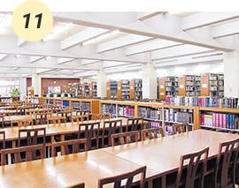 愛真館1階にある約17万冊の図書が揃っている図書館【愛真館1F】