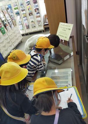 桑原小学校2年生が大学見学 -町探検 くわばらの町のすてきを見つけよう-